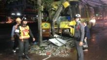 เมล์ปอ.7เสียหลักถนนลื่นชนเสาไฟฟ้าหักเลี่ยงพุ่งชนคน