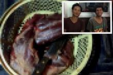 สยอง!! พี่น้องชาวกัมพูชาชำแหละเนื้อสุนัขกิน