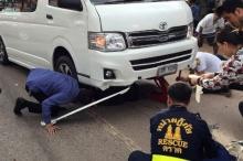 สลด! นศ.รถล้มกระเด็นติดใต้รถตู้จนท.ช่วยเต็มที่แต่สุดท้ายเสียชีวิต