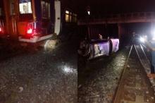 ระทึก!! สาวควบบีเอ็มฯพุ่งชนแท่งปูนกั้นทะลุทำรถไฟตกรางที่อยุธยา