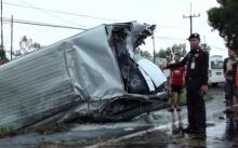 รถตู้รับคนกลับยโสธร ลื่นฝนชนต้นไม้พลิกคว่ำพังยับ เจ็บยกคัน 6 ราย