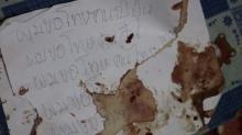 เครียดโดนแกล้ง!!! ละเลงเขียนจดหมายเลือดเต็มพื้น ก่อนแทงลูกกระเดือกดับ