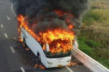 เพลิงไหม้รุนแรง!! ท่วมรถทัวร์วอดทั้งคัน ต่างระดับสุวรรณภุมิ