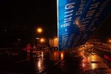 ระทึกกลางดึก!! รถพุ่งชนป้ายหล่นบนทางพิเศษศรีรัช ส่งผลอุบัติเหตุชนซ้ำอีก6คัน