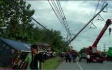 ระทึก! รถพ่วง18 ล้อ เสียหลักพุ่งชนเสาไฟฟ้าล้มหักโค่นพังหลายเมตร