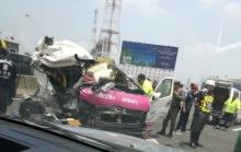 รถตู้อีกแล้ว!! ภาพอุบัติเหตุรถตู้โดยสารชนกับรถทำความสะอาดบนโทลเวย์ขาเข้า ตาย 2