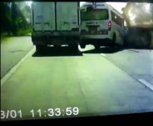 ลองดูจะแซงพ้นได้ไง..รถตู้ซิ่ง!! เสยท้ายรถอีกคันเจ็บหนัก(คลิป)