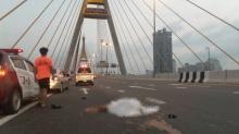 แฟน ร.ต.ท.ตกบิ๊กไบค์ ถูกรถทับกลางสะพานภูมิพล ก่อนพยายามยิงตัวตายตาม