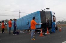 รถทัวร์ อุบล-กรุงเทพ เสียหลักพลิกคว่ำเจ็บ 15 สาหัส 3