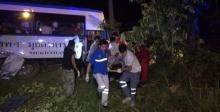 รถทัวร์ กรุงเทพ-มุกดาหาร เสียหลักชนต้นไม้ เจ็บ 24