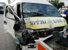 ระทึก!! อุบัติเหตุรถตู้โดยสาร  บน ถ.บรมราชชนนี เจ็บ 11 คน