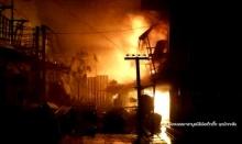 เร่งหาสาเหตุ! เพลิงไหม้แคมป์พักคนงานใกล้อาร์ซีเอ วอดกว่า 10 หลัง