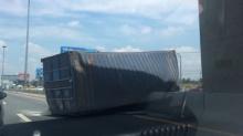 สะพรึง!! รถบรรทุกทำตู้คอนเทนเนอร์ตกด้านล่างถ.มอเตอร์เวย์ -จนท.เร่งย้าย