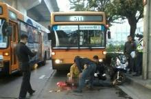 สยองกระโดให้รถเมล์ชน เบรคไม่ทันทับหัวเละ!!