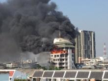 อัพเดทไฟไหม้อาคาร 10 ชั้น ซอยนราธิวาสฯ 18-ดับแล้ว 3 ล่าสุดตึกเริ่มทรุด