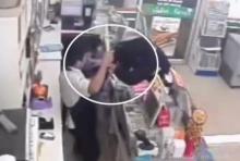 เหตุการณ์นาที คนร้ายใช้มีดบุกจี้พนักงานร้านสะดวกซื้อ เจอแย่งมีดฟันหัวเลือดสาด(คลิป)