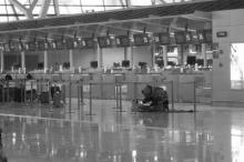 นาทีระทึก!!ภาพระเบิดสนามบิน คนร้ายเชือดคอตัวเองสาหัส