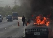 ไฟไหม้รถปิกอัพทางขึ้นเขาดอยพระบาทคาดน้ำมันรั่ว