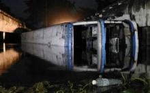 รถบัส ตกร่องกลางถนน ดับ 1 เจ็บ 12 ตร. คาด คนขับหลับใน
