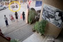 เปิดวงจรปิด!  ตำรวจพุ่งคว้า จยย.ที่กำลังชนนักเรียนข้ามถนนจนตัวเองบาดเจ็บ