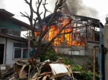 เพลิงไหม้บ้านเรือนประชาชน คาดจากเชื่อมและตัดโลหะ