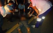 หนุ่มใหญ่สักรอบตัว วิ่งหนีตำรวจ ถูกรถที่สวนมาชนดับ