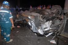 รถกระบะแต่งซิ่ง พุ่งชนตอม่อใต้รถไฟฟ้ารถทับเจ้าของดับ กระเด็นโดนจยย.เจ็บ 2