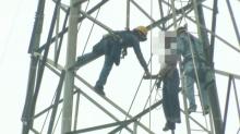 รปภ. บ่นอยากตายที่สูง ผูกคอห้อยกับเสาไฟฟ้าสูง 25 เมตร ดับอนาถ!!