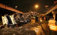 ฝนตกถนนลื่นพ่วง 18 ล้อ เสียหลัก หักขวาชนกระบะ