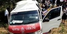 รถตู้ กทม-อ่างทอง ตกข้างทาง ผู้โดยสารเจ็บ 13 คน