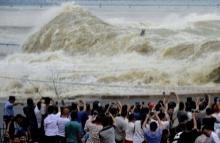 ไต้ฝุ่นตู้เจวียนเคลื่อนถล่มจีน จนเกิดคลื่นยักษ์ในแม่น้ำ