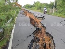 โผล่อีก! ถนนทรุด แผ่นดินแยก ลึกกว่า2เมตร ที่สระบุรี ทางหลวงชนบทรุดตรวจสอบ