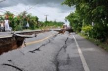 ถนนเลียบคลอง 13 ปทุมธานี ฝั่งลำลูกกา ทรุดตัวเพิ่มอีก - เสียหายยาวกว่า 100 เมตร