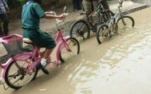 ช่วยหนูด้วย ถนนริมคลองชลประทาน ที่สุพรรณฯ ทรุดตัว ฝนตกน้ำนองเป็นแอ่ง