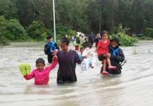 จนท.เร่งช่วยเหลือชาวยะลาไปที่ปลอดภัย หลังน้ำท่วมสูง