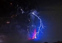 เผยภาพสายฟ้าฟาดลงภูเขาไฟคาลบูโก คาดอาจปะทุอีกครั้ง