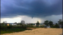 พายุหมุนกระหน่ำหาดใหญ่เละทั้งเมือง  ป้ายโฆษณาพัง เสาไฟฟ้าหักโค่น