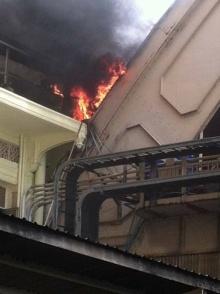 ด่วน !! เกิดเหตุเพลิงไหม้หลังคาสถานีรถไฟหัวลำโพง