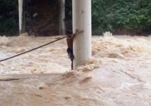 ระทึก!! กู้ภัยระนองเข้าช่วยชาวบ้านติดกระแสน้ำไหลเฉี่ยวติดอยู่ใต้สะพาน!!