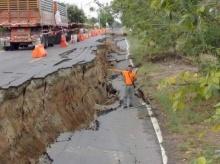 ผวา San Andreasเมืองไทย!? ชาวบ้านตื่น แผ่นดินแยก แถวคลอง14 !! (ชมภาพ)