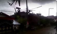 ปลิวว่อน!!!สุดระทึก...เมื่อพายุหอบหลังคาบ้านทั้งหลังปลิวไปไกลกว่า10 เมตร (ชมคลิป)