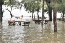 แย่แล้ว!! พัทลุงน้ำทะเลหนุนสูงคลื่นซัดเข้าฝั่งท่วมบ้านเรือน