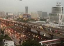 ฝนทำพิษเมืองกรุง!!! น้ำท่วมขัง จราจรติดหนึบ เครื่องบินจอดไม่ได้!!
