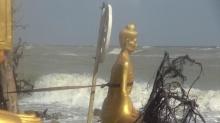 สงขลาคลื่นซัดแรง องค์พระเสี่ยงจมทะเล