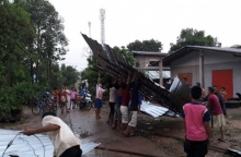 พายุลูกเห็บถล่มนครพนม ชั่วโมงเดียว บ้านพังไป 8 หลัง