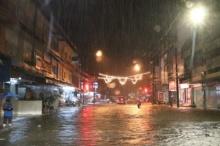 ฝนถล่มตัวเมืองนราธิวาส ถนนหลายสายจม ชาวบ้านเตรียมอพยพสิ่งของ