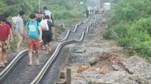 เปิดภาพรางรถไฟบางสะพานบิดงอเหมือนงู ภาพจริงไม่ตัดต่อ