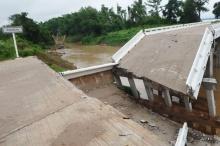ฝนถล่ม นครพนม น้ำไหลเชี่ยวซัดสะพานพัง