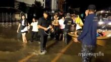 สกลนครฝนตลอดทั้งคืน ยังมีการขนย้ายประชาชนที่ตกค้างมาที่ศูนย์ช่วยเหลือ
