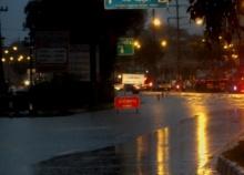 จันทบุรีฝนถล่มทำน้ำท่วมถนนหลายจุด-รถเล็กผ่านไม่ได้